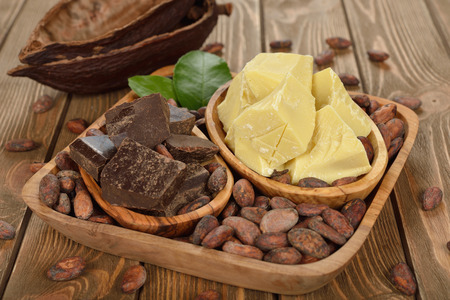 ココア豆、ココアバター、ココア質量茶色の背景に 写真素材