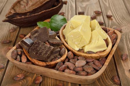cacao beans: Los granos de cacao, manteca de cacao y cacao en pasta sobre fondo marr�n Foto de archivo