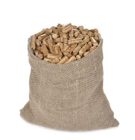 Les granulés de bois dans le sac isolé sur fond blanc