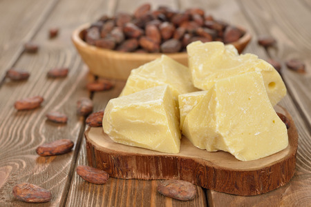 mantequilla: Manteca de cacao natural en un fondo marr�n Foto de archivo