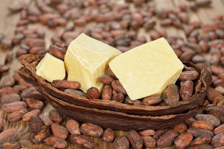 茶色の背景に自然なココア バター 写真素材