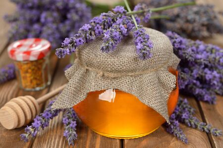 lavanda: La miel de lavanda sobre un fondo blanco