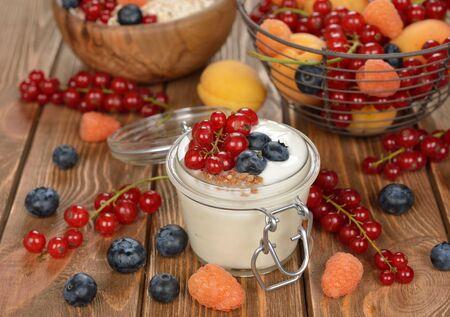 comida sana: Yogur natural con las bayas en un tarro de cristal