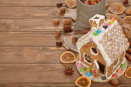 Weihnachten Lebkuchenhaus auf einem braunen Hintergrund Standard-Bild - 46794778