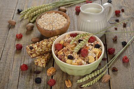 frutas deshidratadas: Muesli con las frutas secas en el fondo de madera