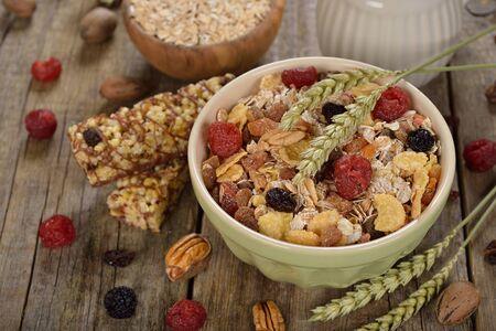 frutos secos: Muesli con las frutas secas en el fondo de madera