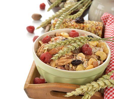 frutos secos: Muesli con frutos secos sobre fondo blanco