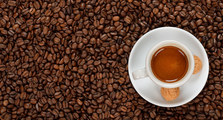 espreso: Espreso in a white cup on coffee beans
