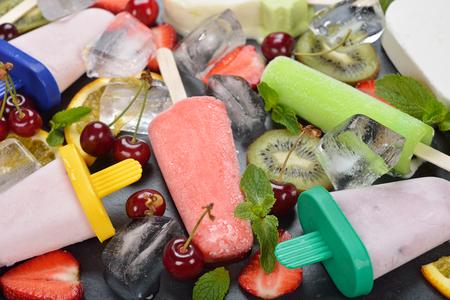 paletas de hielo: helados, helados de agua, hielo y Vaus frutas en un plato negro