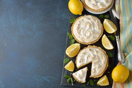 青色の背景にメレンゲのレモンパイ 写真素材