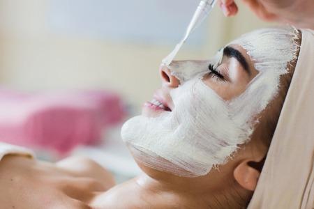 Aplicación de máscara facial de Spa. Aplicación de máscara facial orgánica de belleza de belleza en el salón de spa de día.