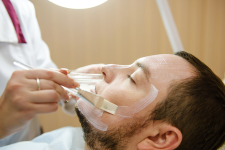 Male patient get facial treatment in beauty clinic Banque d'images