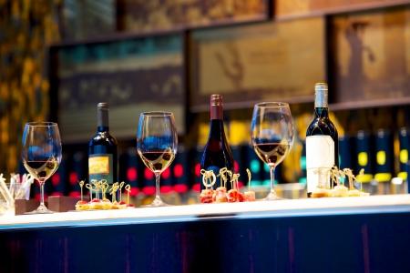 snacks and glasses of wine on restaurant counter Imagens