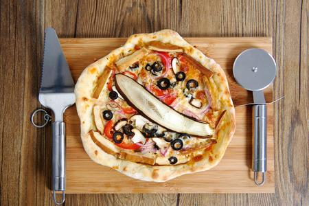 margarita pizza: Cheef cutting vegetarian margarita pizza wheel