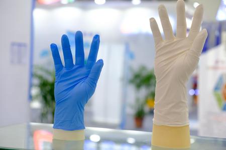 Blaue und weiße Latexhandschuhe an Hand Standard-Bild - 91751231