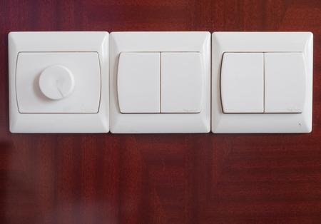 Schalter und Lichtschalter an der Wand eines Hotelzimmers Standard-Bild - 91780101