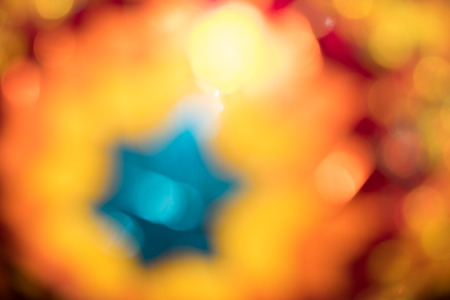 Beleuchten Sie in farbigen Gläsern von dekorativen orientalischen Lampen, unscharfer Hintergrund Standard-Bild - 91937608