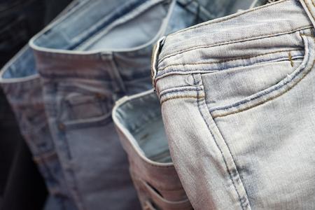 Moderne hellblaue Jeans auf einem Kleiderbügel Nahaufnahme Foto Standard-Bild - 91780106