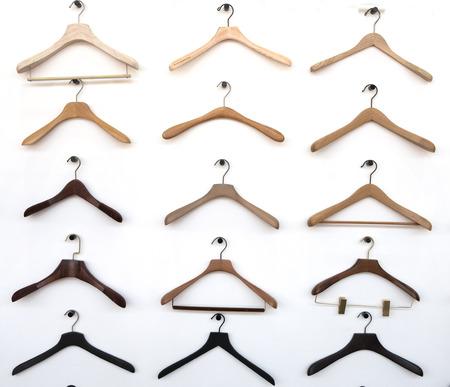 Modische verschiedene Arten von Kleiderbügel hängen an der Wand Standard-Bild - 91780105