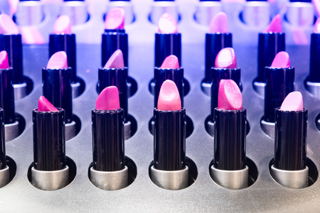 Weiblicher Lippenstift in Folge auf dem Zähler einer Parfümboutique Standard-Bild - 91780112