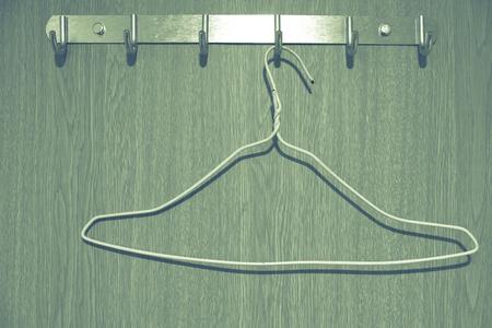 Die Kleiderhaken und der Hunger im billigen Hostel Zimmer getönten Vintage-Stil Foto Standard-Bild - 92164058