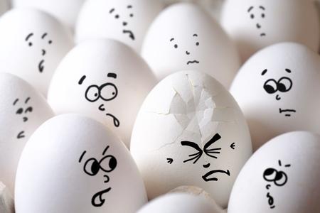 Ein gebrochenes Ei zwischen allen normalen Eiern Standard-Bild - 92859935