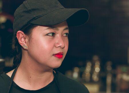 Einfaches Leben Porträt hübsches asiatisches Mädchen in der Mütze im Profil Standard-Bild - 92934224