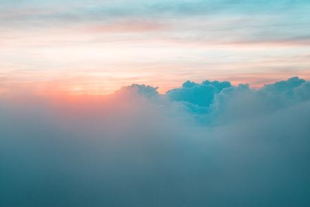 Früher Sonnenaufgang über dem Regenwald Standard-Bild - 93000640