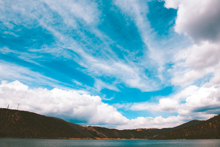 Himmel und Wolken über dem See Naturreservat im Südwesten von China Standard-Bild - 93089305