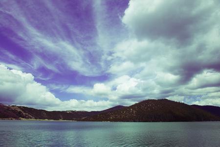 Himmel und Wolken über dem See Naturreservat im Südwesten von China Standard-Bild - 93065649