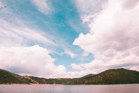 Himmel und Wolken über dem See Naturreservat im Südwesten von China Standard-Bild - 93112952