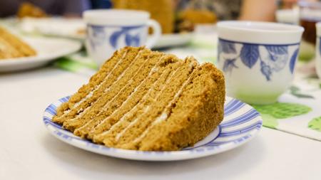 Ein Stück selbst gemachter Kuchen auf einer Platte Nahaufnahmefoto Standard-Bild - 93984608