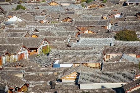 Blick auf die Dächer der Lijiang chinesischen Altstadt Standard-Bild - 98480706