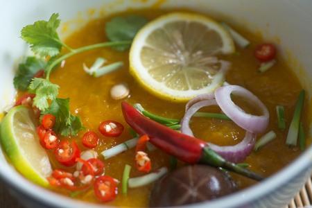 Eine Platte von sehr heißer und würzigen Suppe mit verschiedenen Paprika Nahaufnahme Foto Standard-Bild - 98528628