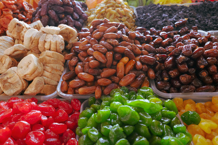 Handful of sweet dried fruits dates on the eastern market, figs and Standard-Bild - 99366654