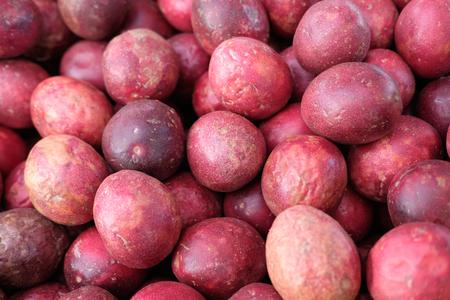 passion fruit on market Imagens
