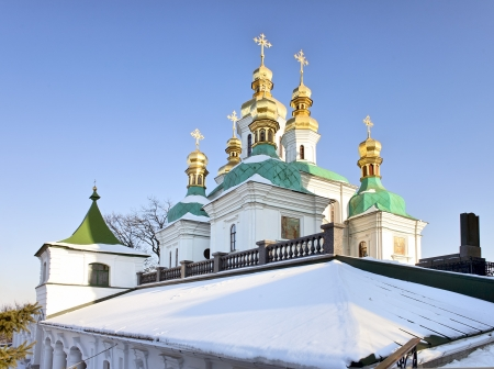 Golden domes and a roof of the church of Nativity of the Holy Virgin in snow at Kiev Pechersk Lavra Orthodox monastery, Kiev, Ukraine Standard-Bild