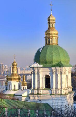 Bell tower and cupola of the church of Holy Cross in Kiev Pechersk Lavra Orthodox monastery in winter, Ukraine Standard-Bild