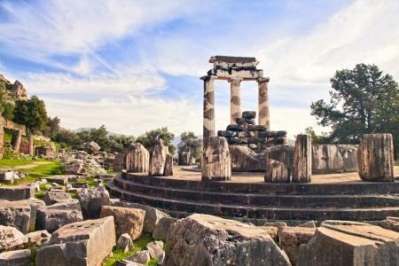 templo griego: Restos del antiguo templo griego de Atenea en Delfos