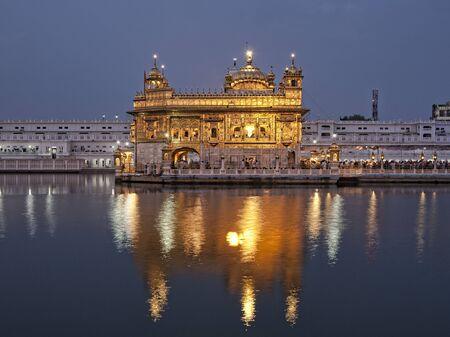 Harmandir Sahib - Sikh Golden temple in Amritsar at sunrise, Punjab, India Standard-Bild