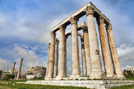 Remains of Ancient Greek temple of Zeus on the background of Acropolis in Athens, Greece Standard-Bild