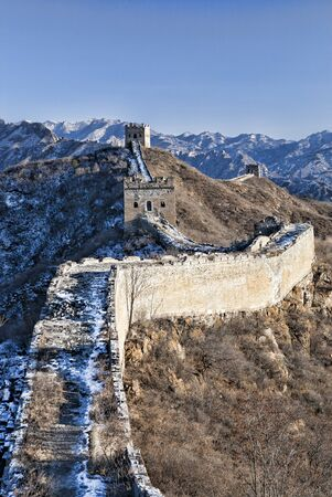 Great Wall in snow in winter on bright sunny day between Jinshanling and Simatai, China Standard-Bild