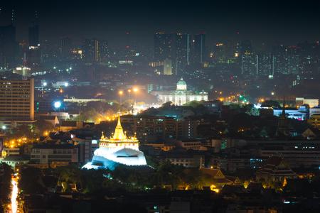 trono: Templo Monte de oro y Ananda Samakhom sala del trono en la noche. Paisaje urbano de Bangkok, Tailandia