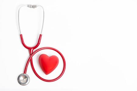 Stéthoscope et le coeur rouge isolé sur fond blanc Banque d'images