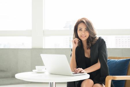 Retrato de joven mujer de negocios de asia en la oficina Foto de archivo - 60473417