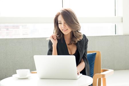 Retrato de mujer de negocios asiático joven que trabaja en la oficina