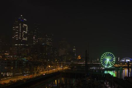 seahawks: Rueda de la fortuna con Seahawks emblema en la noche Seattle.