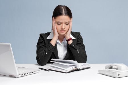 persona triste: Mujer de negocios triste en oficina trabajando con blanco tabla, port�til y diario personal organizer. Problema! Foto de archivo