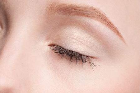 Cara de primer plano de la joven belleza - zona de maquillaje de ojos