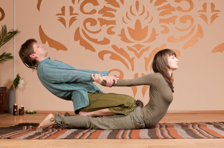 sportmassage: Twee jonge man en vrouw paar doen yoga. Massage